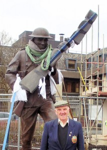 WW2 Veteran Stan Dickinson with the new statue