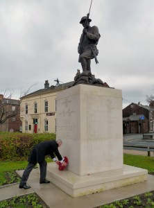 Lindsay Hoyle lays a wreath at the memorial on Remembrance Sunday